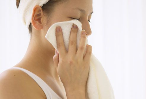 trị mụn ẩn dưới da bằng khăn tấm