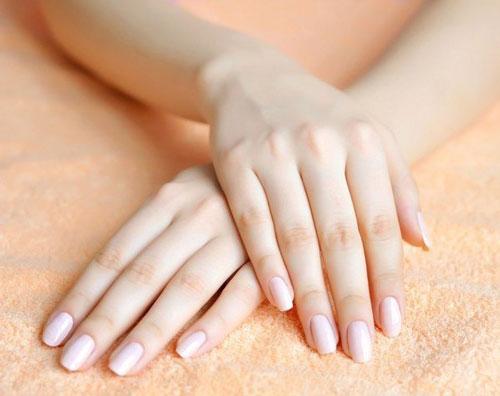 Làm sạch vi khuẩn tay bằng nước tẩy trang