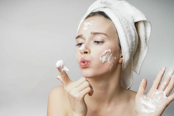 Rửa mặt nhẹ nhàng tránh tổn thương da mụn