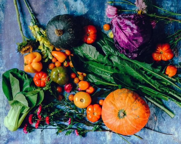 Ăn nhiều rau quả để trị mụn lưng