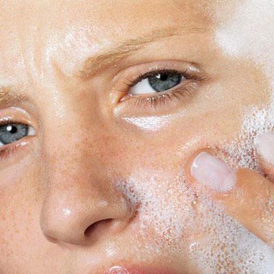 Không nên rửa mặt quá nhiều vì sẽ làm khô da và gây nên tình trạng da tiết quá nhiều bã nhờn