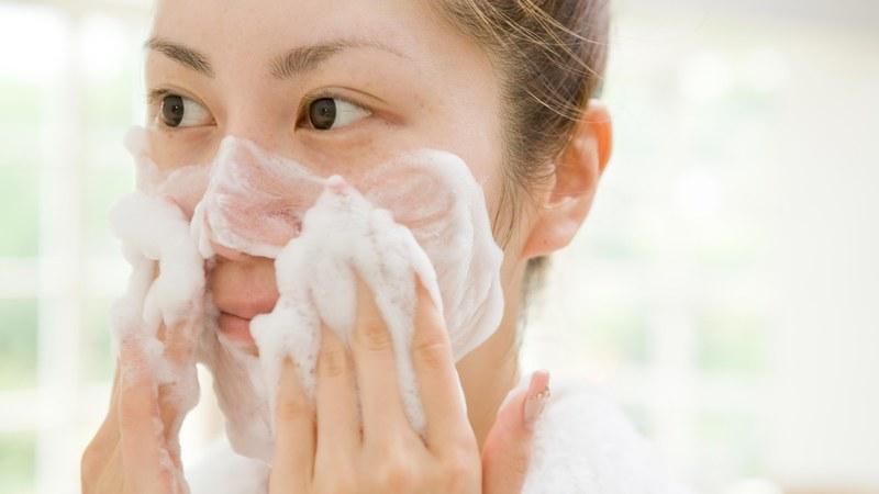 sữa rửa mặt cho da nhạy cảm giúp làm sạch bụi bẩn và lỗ chân lông