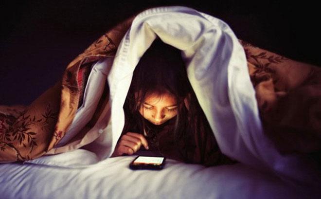 thức khuya quá nhiều khiến da bị thâm và mụn