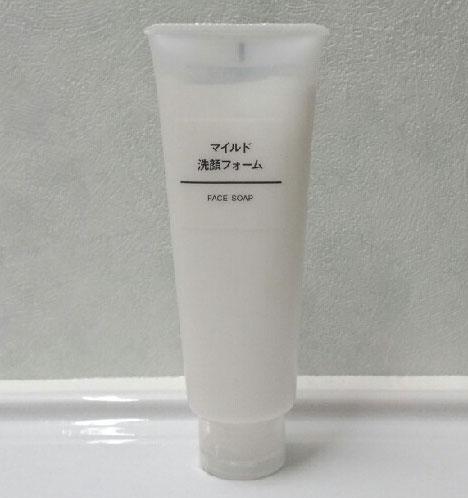 Sữa rửa mặt Muji được đựng trong 1 tuýp nhựa trong